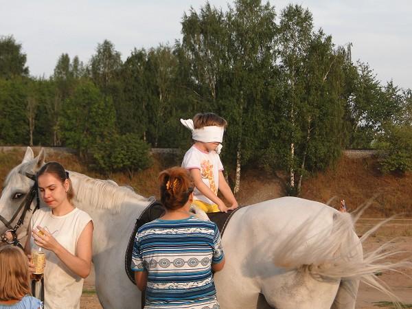 Иппотерапия и лечебная верховая езда (ЛВЕ) - Иппотерапия. С завязанными глазами