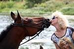 Верховая езда / Конный спорт - Водопад и Елена. Поцелуй. Найдете вторую лошадь на фото?